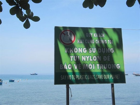 A banner in Cham Island's Huong beach warns tourists and local residents not using plastic bags in keeping the ocean clean (Photo: VNA)