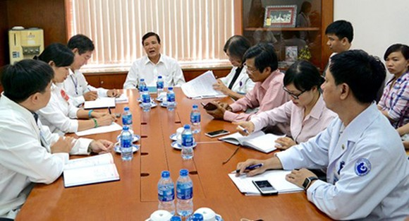 Doctor Nguyen Huu Hung, Deputy Director of the HCMC Department of Health is working with Tu Du Hospital on the outbreak of swine flu here.