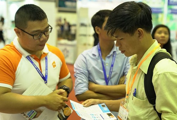 VNG employees are introducing the company's solutions to interested people.