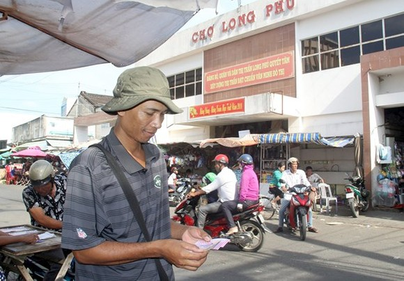 Kim Thai is selling lottery tickets (Photo: SGGP)
