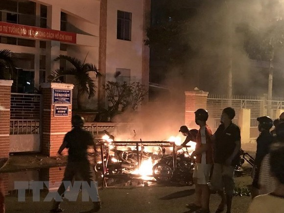 Protestors set fire to motorbikes in building of the Binh Thuan Department of Planning and Investment (Photo: VNA)