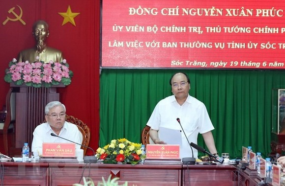 Prime Minister Nguyen Xuan Phuc (standing) speaks at the working session with leaders of Soc Trang province (Photo: VNA)