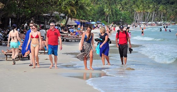 Foreign tourists on Sao Beach of Phu Quoc Island (Photo: VNA)