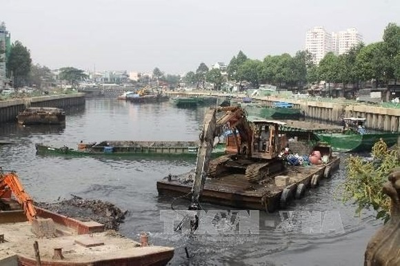 Dredging the Nhieu Loc-Thi Nghe Canal. HCM City wants to extend the environmental sanitation project (Nhieu Loc-Thi Nghe Basin) to 2030 (Photo: VNA)