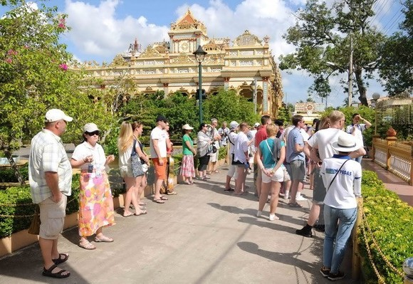 Foreign tourists visit Vietnam (Photo: VNA)