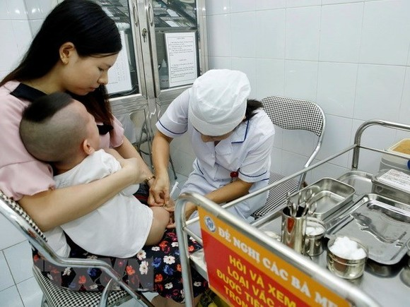 Instalment payment vaccine packages have been launched at vaccination centres of the Vietnam Vaccine Joint Stock Company (Photo: VNA)