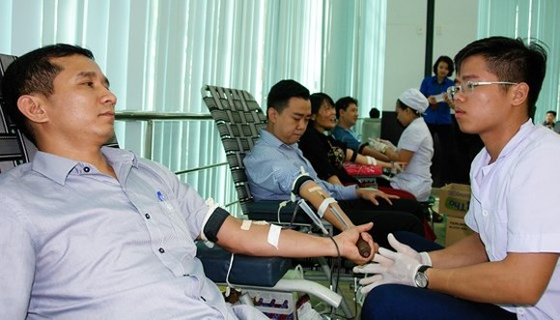 Volunteers donate their blood to save people (Photo: SGGP)