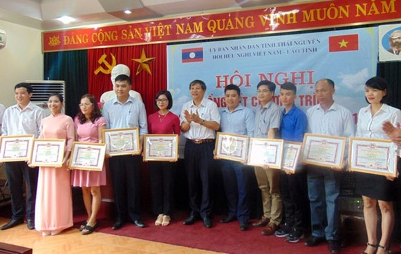 Merit certificates are presented to oustanding agencies and individuals in the implementation of the homestay programme for Lao students in Thai Nguyen (Photo: baothainguyen.org.vn)
