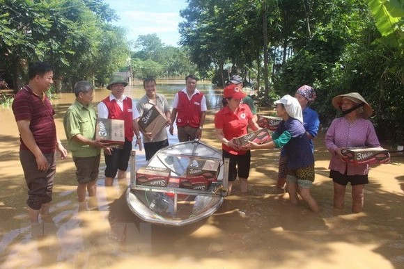 Vietnam Red Cross Society staff deliver aid to locals in Thanh Hoa's Yen Dinh district (Photo: VNA)