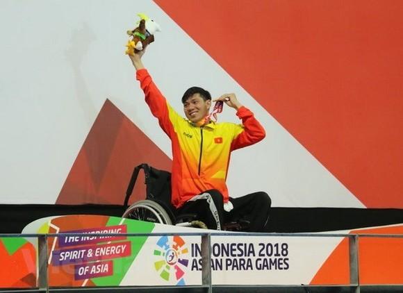 Swimmer Vo Thanh Tung at the medal podium (Photo: VNA)
