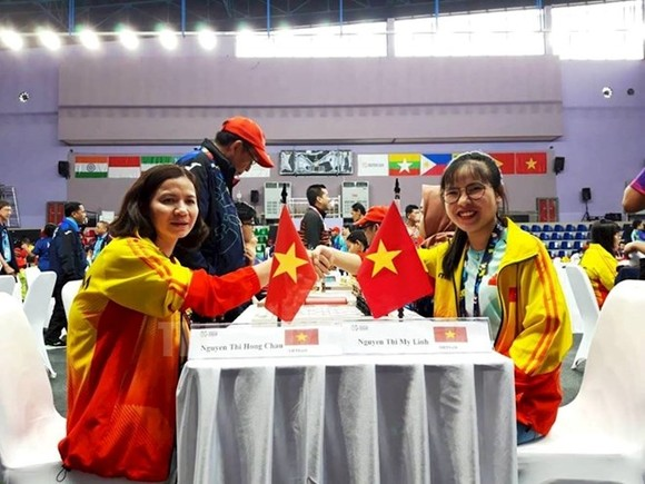 Nguyen Thi My Linh (R) and her Vietnamese teammate at a game of the 2018 Asian Para Games (Photo: hcmcpv.org.vn)
