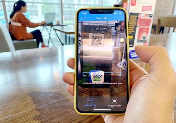 Using e-wallet application ZaloPay to scan QR Code to pay for merchandise easily
