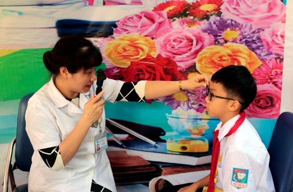 A student in Son La has his eyes examined under the programme (Photo: VNA)