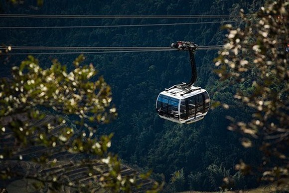 To enjoy the original beauty of the world's most attractive destination 2019 Hoang Lien Son, Fansipan cable car is an interesting means of transportation. (Photo: VNA)