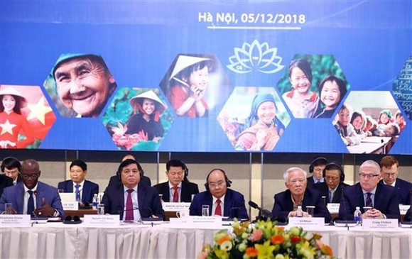 PM Nguyen Xuan Phuc (third from left) at the Vietnam Reform and Development Forum (Photo: VNA)