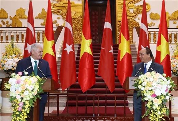 Prime Minister Nguyen Xuan Phuc (R) and his Turkish counterpart Binali Yildirim meet the media after their talks (Photo: VNA)