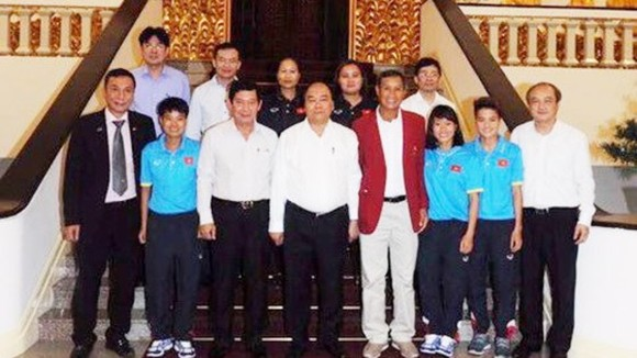 Prime Minister Nguyen Xuan Phuc poses with Vietnamese women football team