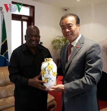 Vietnamese Ambassador Nguyen Kim Doanh (R) presents a gift to peaker of the National Assembly of Tanzania Job Yustino Ndugai. (Photo: VOV)