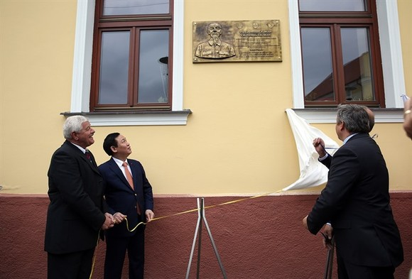 Deputy Prime Minister Vuong Dinh Hue visited the Trnava region, Slovakia, on Wednesday. In Horne Saliby town of Trnava, Deputy PM Hue and the authorities of Trnava and Horne Saliby inaugurated a plaque in memory of President Ho Chi Minh's visit to the tow