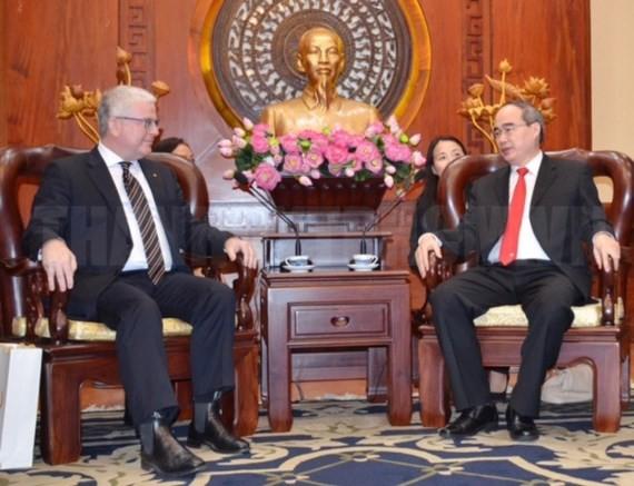 Secretary of the Ho Chi Minh City Party Committee Nguyen Thien Nhan (R) and Australian Ambassador to Vietnam Craig Chittick
