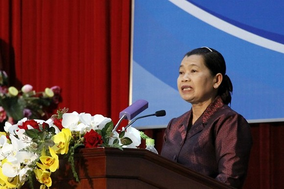 Cambodian Deputy Prime Minister Men Sam An, who also chairs the Cambodia-Vietnam Friendship Association, speaks at the meeting on October 7 (Photo: VNA)