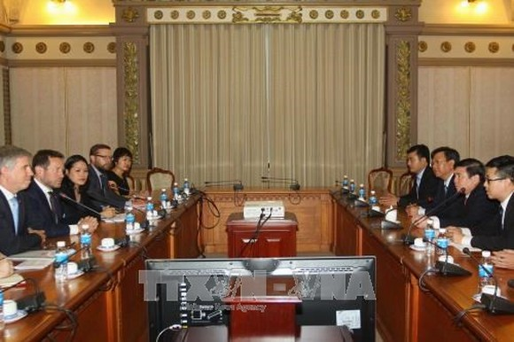 Meeting between Chairman of the Ho Chi Minh City People's Committee Nguyen Thanh Phong  and British Prime Minister's Trade Envoy Edward Vaizey (Photo:VNA)