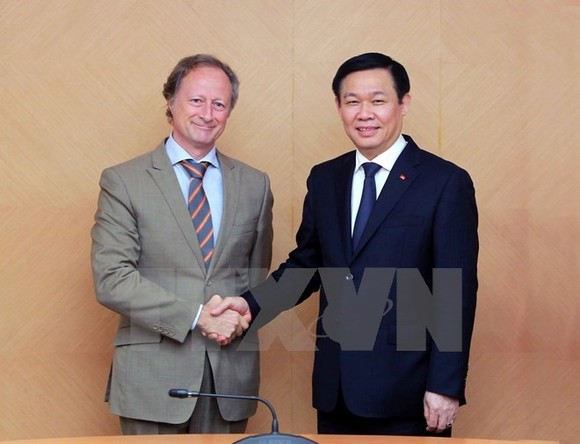 Deputy Prime Minister Vuong Dinh Hue (R) meets with Ambassador Bruno Angelet, head of the EU Delegation to Vietnam, on November 21 (Photo: VNA)