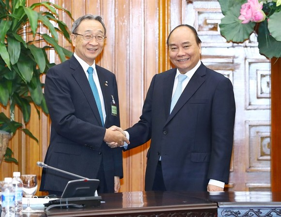 Prime Minister Nguyen Xuan Phuc (right) held talks with a delegation of the Japan Business Federation (KEIDANREN), headed by the Co-Chairman of the Japan-Vietnam Economic Committee Kuniharu Nakamura, on Friday in Hanoi. — VNA/VNS Photo