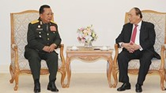 Vietnamese Prime Minister Nguyen Xuan Phuc (R) and Chansamone Channhalat, Politburo member, Defense Minister of the Lao People's Revolutionary Party
