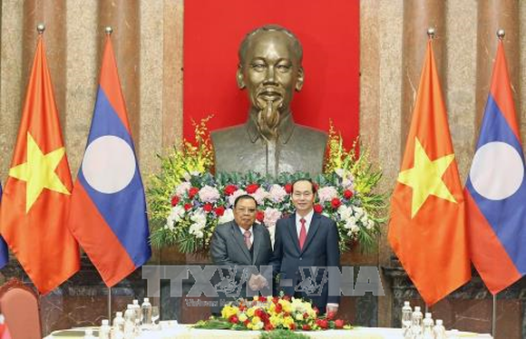 President Tran Dai Quang (R) and President of Laos Bounnhang Vorachith (Photo: VNA)