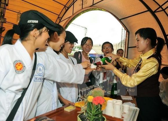 Visitors taste wine at the event (Source: VNA)