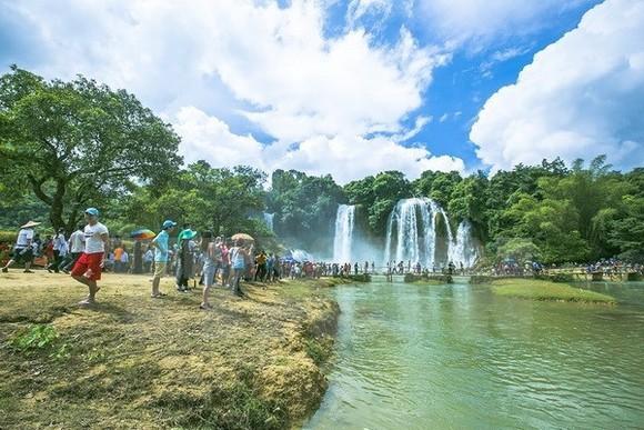Visitors to Ban Gioc Waterfall in Cao Bang province (Photo: VNA)