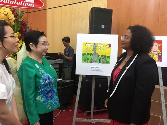 Chairwoman of the Ho Chi Minh City Vietnam- Cuba Friendship Association Truong Thi Hien and Cuban Consul General in Ho Chi Minh City Indira Lopez Arguelles at the celebration