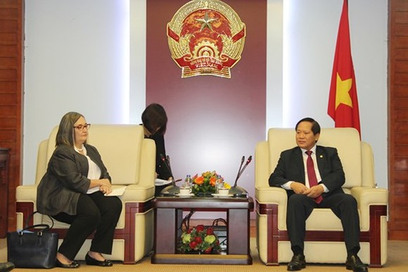 Minister of Information and Communications Truong Minh Tuan and Google's Director, Public Policy and Government Affairs in Asia Pacific Ms. Ann Lavin at the dicussion