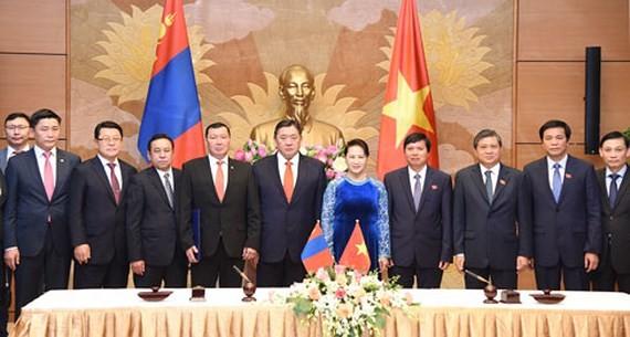 Vietnamese National Assembly Chairwoman Nguyen Thi Kim Ngan, Mongolian Parliament Speaker Miyegombo Enkhbold and high- ranking delegation of Mongolia Parliament
