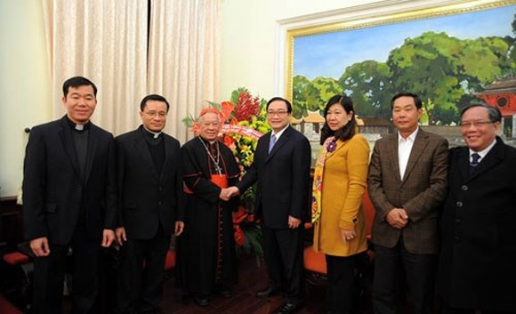 Cardinal Nguyen Van Nhon (third, left), shake hands with Secretary of the municipal Party Committee Hoang Trung Hai at the meeting (Source: Hanoimoi.com.vn)