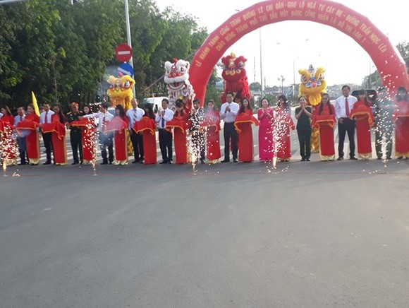 Leaders of Binh Duong province cut the ribbons to inaugurate key projects to welcome Thu Dau Mot city recognizing as type 1 urban area. 