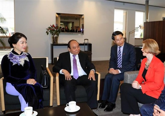 Prime Minister Nguyen Xuan Phuc (second from left) and his spouse (first from left) were welcomed at the Auckland international airport (Photo: VNA)