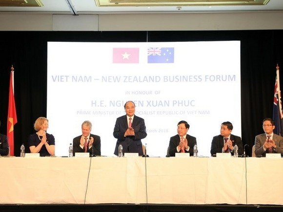 Prime Minister Nguyen Xuan Phuc (standing) speaks at the Vietnam-New Zealand Business Forum (Photo: VNA)