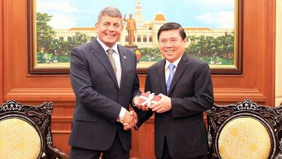 Chairman of the Ho Chi Minh City People's Committee Nguyen Thanh Phong (R) and Minister of State for Food, Forestry and Horticulture of Ireland Andrew Doyle (Photo:VNA)