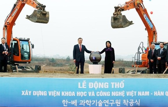 Korean President Moon Jae-in and Vice President of Vietnam Dang Thi Ngoc Thinh at the groundbreaking ceremony of VKIST (Photo:Tran Binh)
