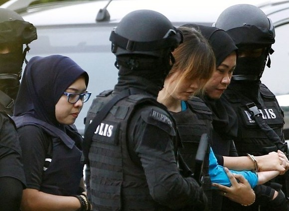 Doan Thi Huong (third, right) on the way to the court (Source: Malaysia Online)