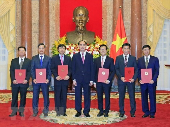 President Tran Dai Quang (middle) and the new ambassadors. (Source: VNA)