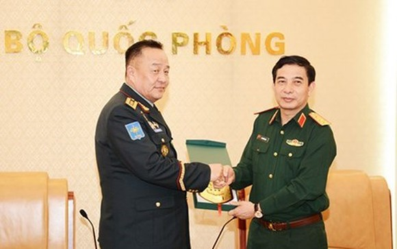 Sen. Lieut. Gen. Phan Van Giang, Chief of the General Staff of the Vietnam People's Army (right) hosts a reception for Chief of the General Staff of the Mongolian Armed Forces Lieut. Gen. Dulamsuren Davaa on April 3. (Photo: VOV)