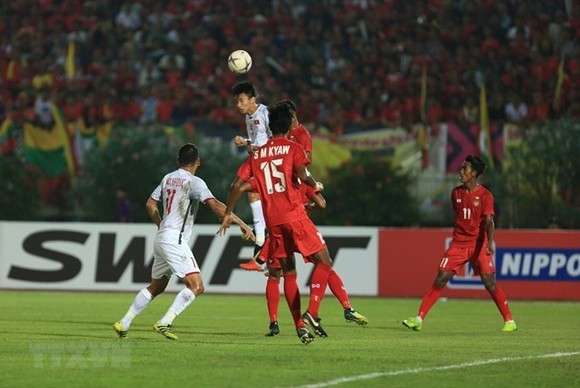 Vietnamese and Myanmar players in the match (Photo: VNA)