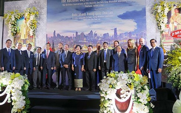 Delegates post photo at the celebration of Thailand's National Day. (photo:VOH)