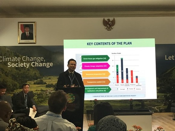 Pham Van Tan, deputy head of the Climate Change Department, Vietnam's Ministry of Natural Resources and Environment (MoNRE), presents the ministry's response to climate change threats to the country (Photo: VNA)