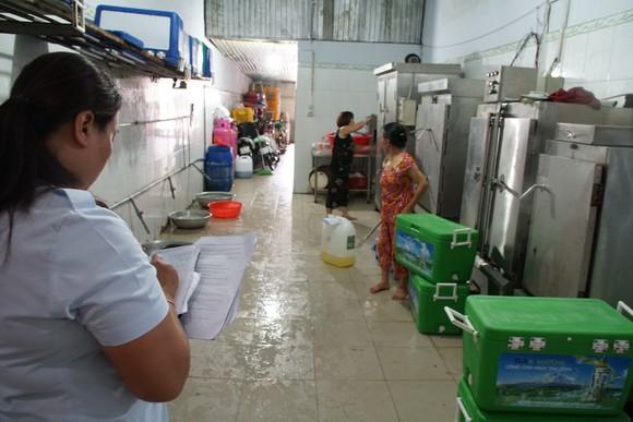 Cơ quan chức năng kiểm tra cơ sở chế biến thực phẩm không đảm bảo an toàn Ảnh: HOÀNG HÙNG