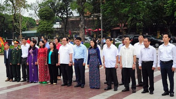 Delegates of Hanoi offer flowers to commemorate Lenin (photo SGGP)