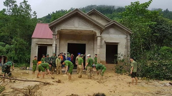 The police force helps people overcome the aftermath of floods. (Picture: DINH HỢP)